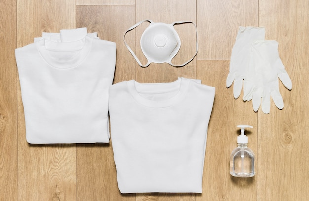 Hoodie mit handschuhen und desinfektionsmittel daneben Kostenlose Fotos