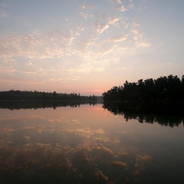 Horizont himmel bei sonnenuntergang im lake of the woods, ontario Premium Fotos