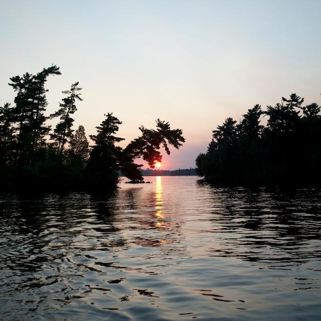 Horizont-himmel in der dämmerung im lake of the woods, ontario Premium Fotos