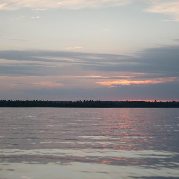 Horizont himmel über lake of the woods, ontario Premium Fotos