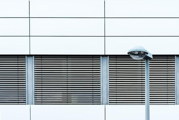 Horizontale aufnahme des äußeren eines modernen gebäudes mit fensterläden von außen Kostenlose Fotos
