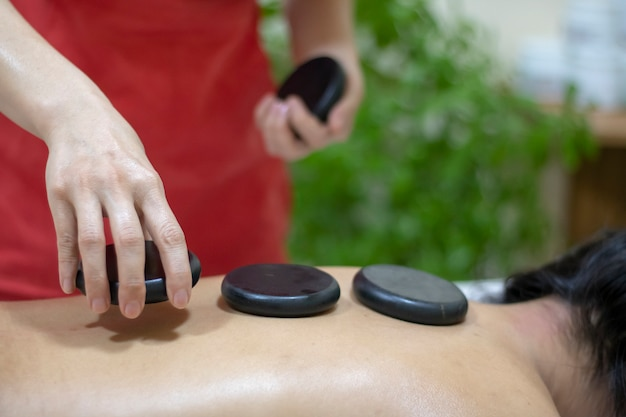 Hot stone massage im spa-salon Premium Fotos