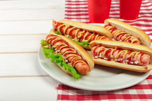 Hotdoge auf hölzernem hintergrund Premium Fotos
