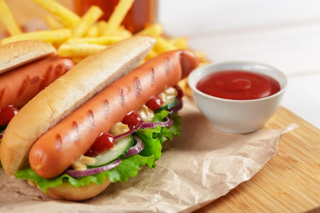 Hotdogs auf holz Premium Fotos