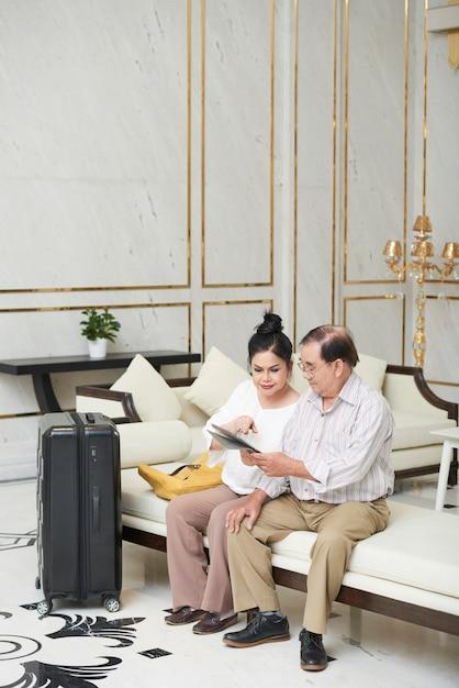 Hotelgäste in der hotelhalle Kostenlose Fotos
