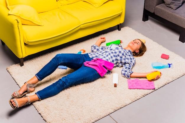 Housekeeping-konzept mit erschöpfter frau Kostenlose Fotos