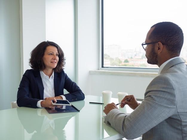 Hr manager und bewerber treffen sich zum vorstellungsgespräch Kostenlose Fotos