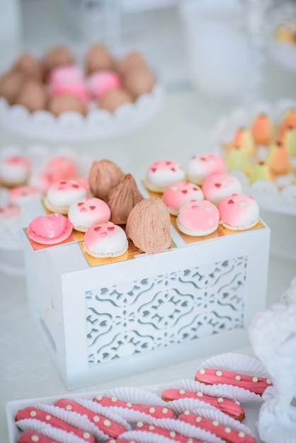 H bsche kleine rosa und wei e kuchen und eclairs for Weisse kuchen bilder