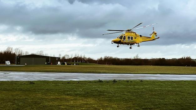Hubschrauber aw169 fliegt tief Kostenlose Fotos