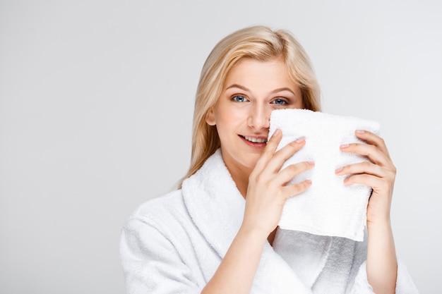 Hübsche blonde frau im bademantel mit badetuch Kostenlose Fotos