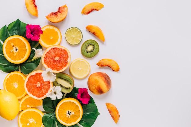 Hübsche blumen und früchte auf blättern Kostenlose Fotos