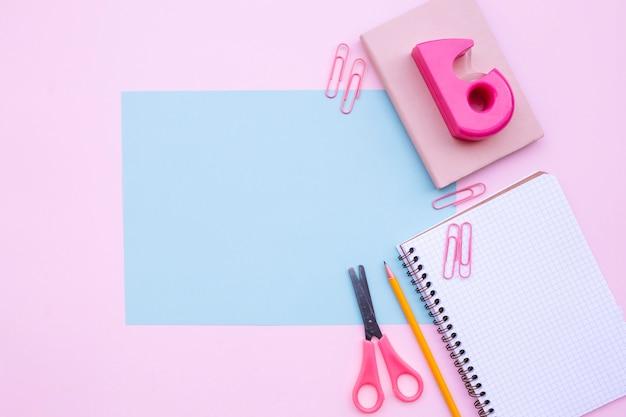 Hübsche desktop-komposition mit hellblauen rahmen für mock-up Kostenlose Fotos