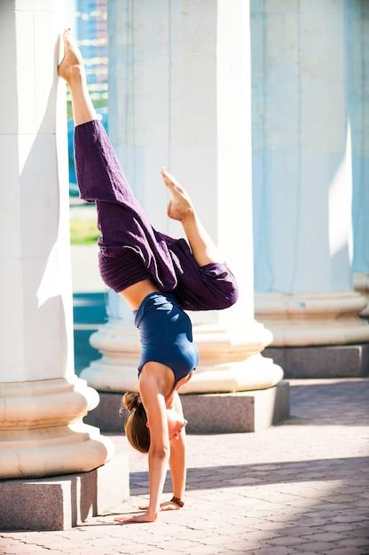 Hübsche frau, die draußen yogaübung tut Premium Fotos