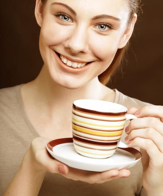 Hübsche frau, die kaffee trinkt Premium Fotos