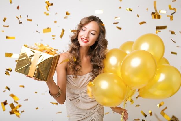 Hübsche frau, die neujahrsballons hält Kostenlose Fotos