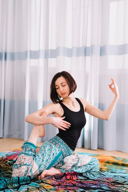 Hübsche frau, die yoga mit mudra geste in der