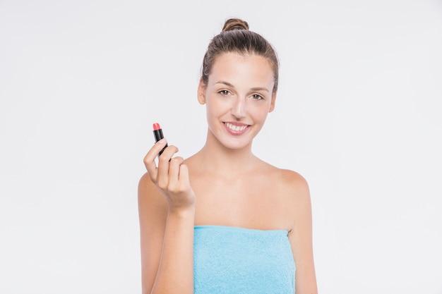 Hübsche frau im tuch mit lippenstift Kostenlose Fotos
