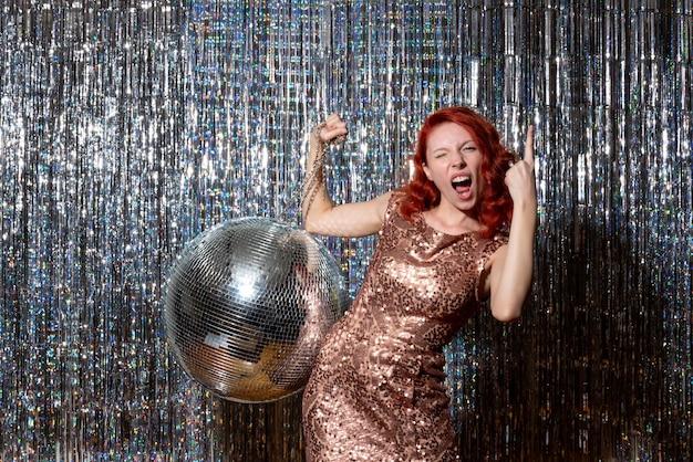 Hübsche frau in der disco-party freut sich auf hellen vorhängen Kostenlose Fotos
