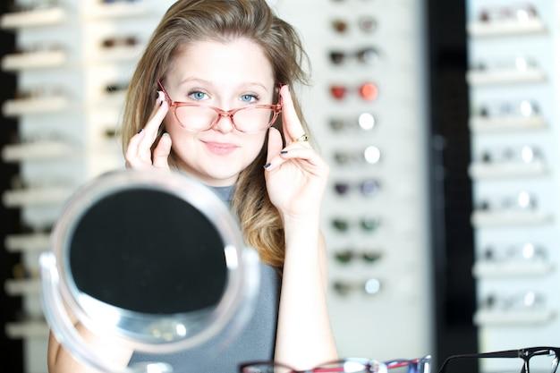 Hübsche frau kaufen neue brillen Premium Fotos