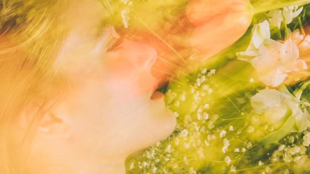 Hübsche frau mit blumenstrauß in grün Kostenlose Fotos