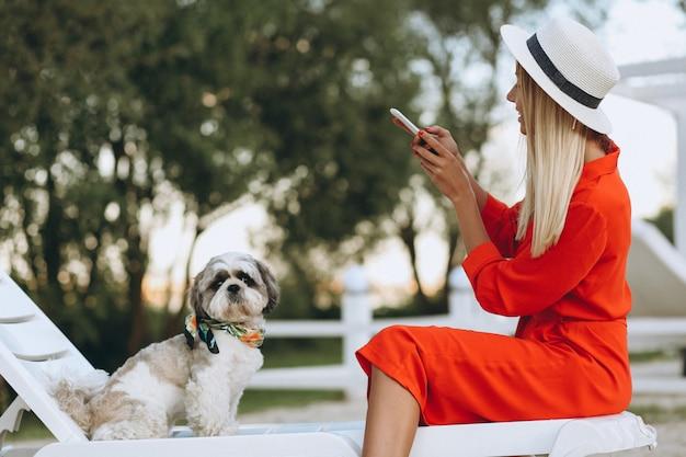 Hübsche frau mit ihrem netten hund im urlaub Kostenlose Fotos