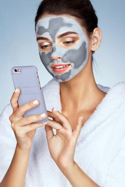 Hübsche frau mit maske aus lehm im gesicht Premium Fotos