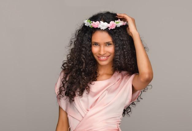 Hübsche junge afroamerikanische brautjungfer in rosa Premium Fotos