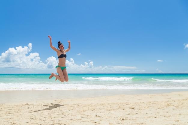 Hübsche junge frau, am strand genießen Premium Fotos