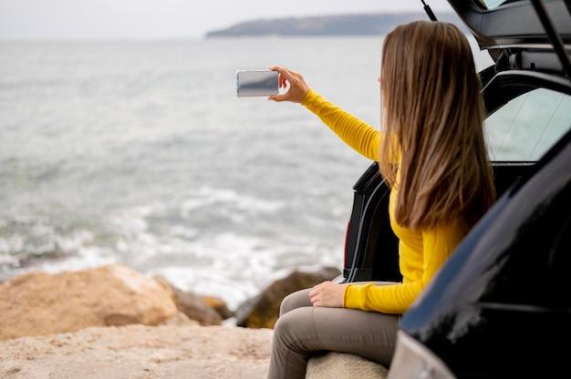 Hübsche junge frau, die roadtrip genießt Kostenlose Fotos
