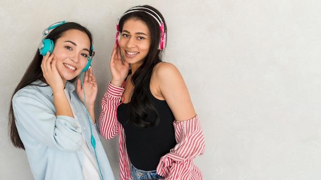 Hübsche junge frauen in den kopfhörern Kostenlose Fotos