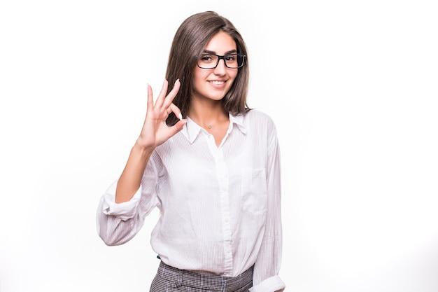 Hübsche junge mode sinnliche frau, die auf weißer wand aufwirft Kostenlose Fotos