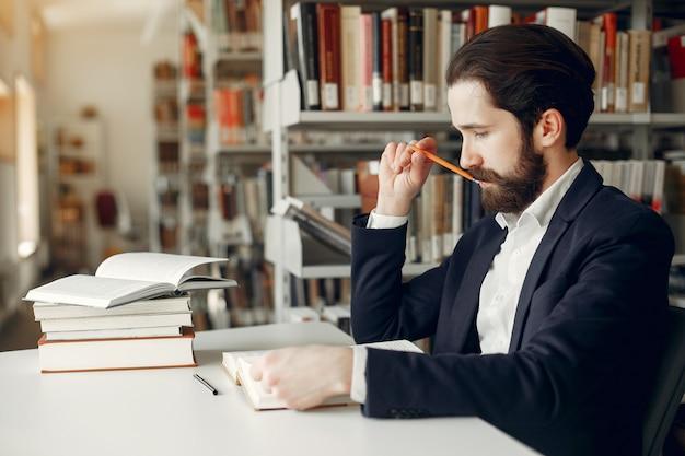 Hübsche kerlstudie an der bibliothek Kostenlose Fotos