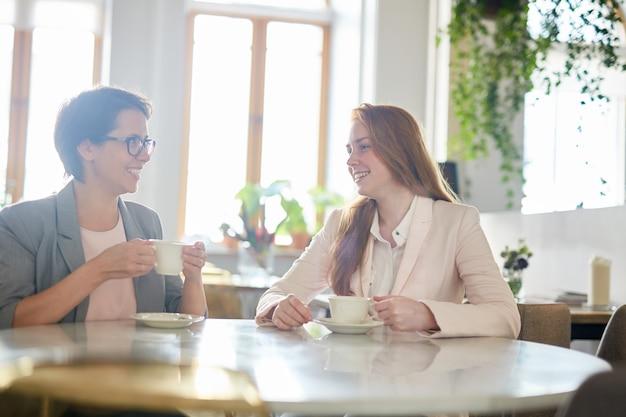 Hübsche kollegen an der kaffeepause Kostenlose Fotos