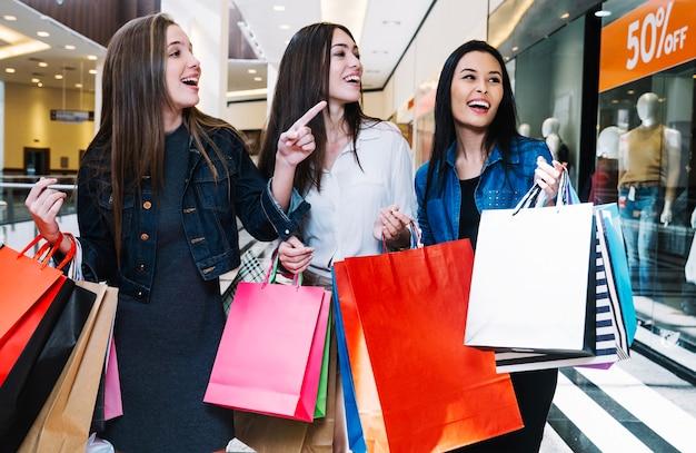 Hübsche mädchen erkunden geschäfte in einkaufszentrum Kostenlose Fotos