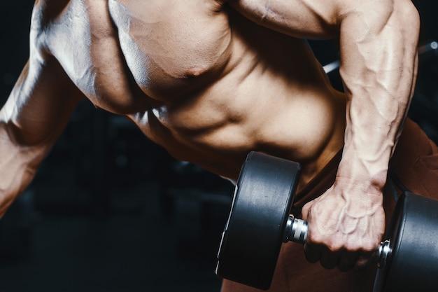 Hübsche starke athletische männer, die muskeln trainieren, trainieren bodybuilding Premium Fotos