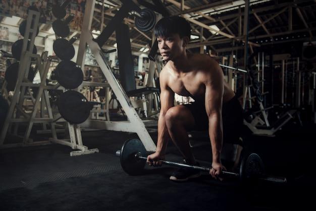Hübsche trainingsausrüstung an der sportgymnastik Kostenlose Fotos