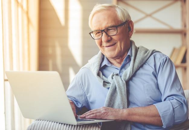 Hübscher alter mann gekleidet in der intelligenten zufälligen art. Premium Fotos