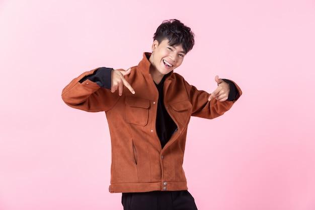 Hübscher asiatischer mann, der stilvolle kleidung trägt Premium Fotos