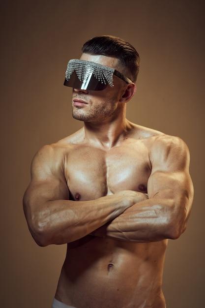 Hübscher athletischer mannkörper mit den aufstellenden muskeln Premium Fotos