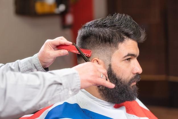 Hubscher Bartiger Mann Haar Schneiden Lassen Durch Scheren Am