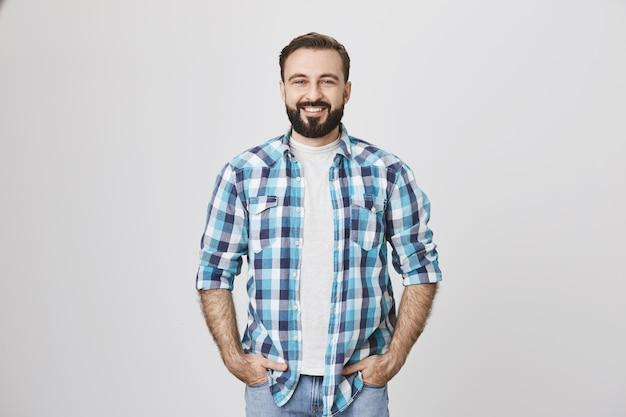 Hübscher bärtiger mann mittleren alters in freizeitkleidung Kostenlose Fotos