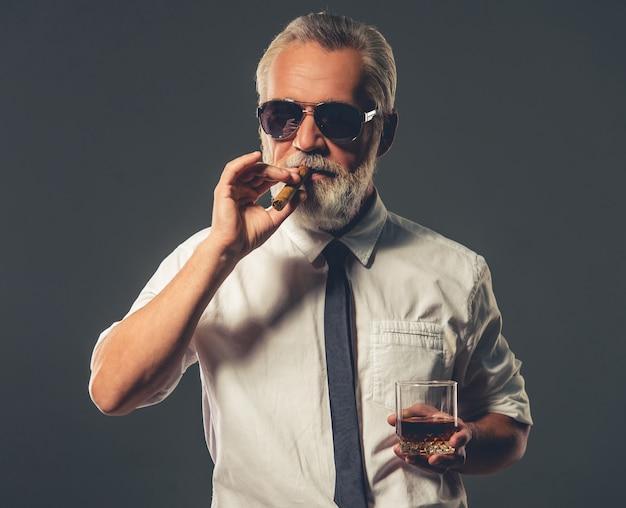 Hübscher bärtiger reifer geschäftsmann im klassischen hemd. Premium Fotos
