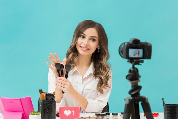 Hübscher blogger, der make-up-video aufzeichnet Premium Fotos