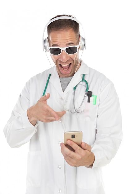 Hübscher doktor mit hörender musik der sonnenbrille mit kopfhörern Premium Fotos