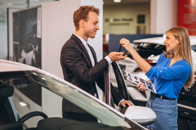 Hübscher geschäftsmann, der ein auto kauft Kostenlose Fotos