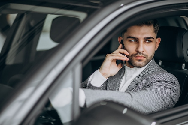 Hübscher geschäftsmann, der im auto fährt Kostenlose Fotos
