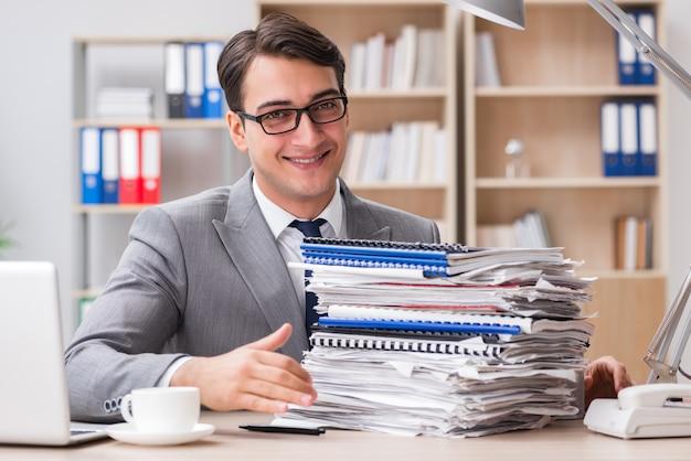 Hübscher geschäftsmann, der im büro arbeitet Premium Fotos