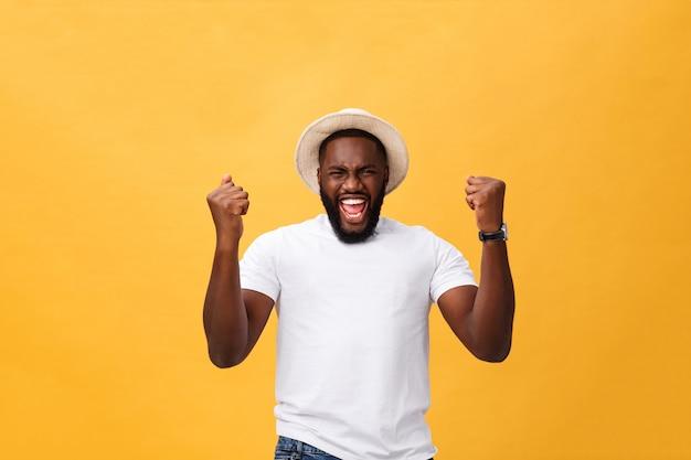 Hübscher junger afroamerikanischer mannangestellter, der aufgeregt glaubt, aktiv gestikulierend Premium Fotos
