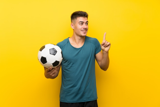 Hübscher junger fußballspielermann Premium Fotos