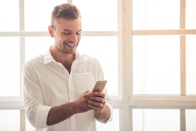 Hübscher junger geschäftsmann im klassischen hemd. Premium Fotos